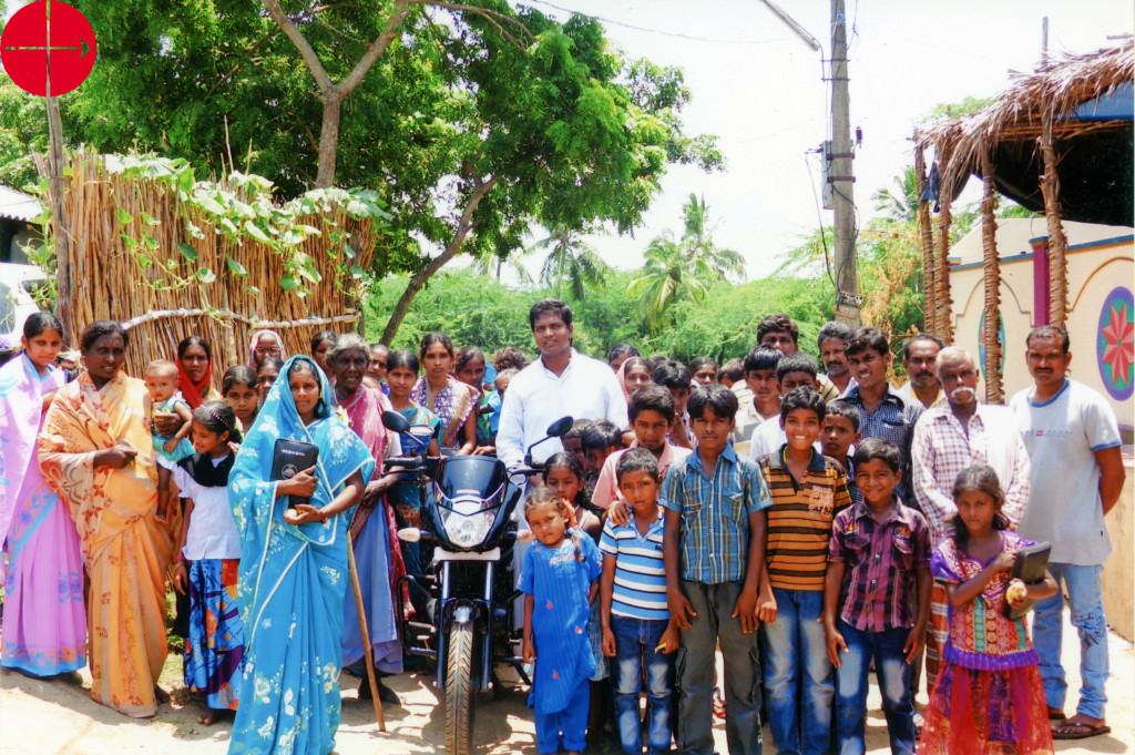 INDIA / ELURU 13/00348 Motorcycle and 10 bicycles for pastoral w