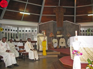 """UGANDA / NATIONAL 15/00362 64 Missae Gregorianaefor 16 priest formators at St Mary's National Seminary Ggaba 2015: Celebrating holy mass at the seminary chapel. Fr. Paul Masolo (rector of National Seminary Ggaba) wrote to Aid to the Church in Need: """"Greetings from National Seminary Ggaba, Uganda. Once again, thanks very much for the 64 """"missae gregorianae"""" that you sent to us. As I informed you earlier, the masses are being celebrated. Here attached are some photos of some of the 16 priests celebrating them at our seminary. There are also some other photos we took with Frau Reinelde Fink of Missio Muenchen when she visited us. We keep all and all our donors in prayer. May God grant eternal rest to our deceased benefactors whom we are also praying for in the masses. We are very grateful."""""""
