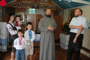 Ukraine, Lubotyn, June 2015       Fr. Ihor Tabaka talking to bishop Vasyliy TUCHAPETS in the small chapel the parish uses until the new parish church will be constructed. UKRAINE / KHARKIV-UCR 14/00010 Construction of a church in Lyubotyn (3. Help)