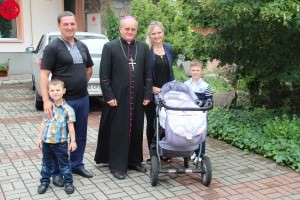 Auxiliary Bishop Jan Sobila with Catholic family in Zaporizhzhya after Sunday Mass, June 2015. Used as Illustration for the Internet Project UKRAINE / KHARKIV-ZAPORIZHZHYA-LAT 14/00138 PrID: 1403366