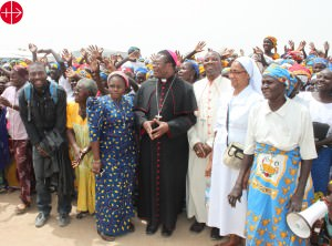 CAMEROON / MAROUA-MOKOLO 15/00095 Emergency help for displaced people Maroua Mokolo: Bishop Bruno Ateba Edo (Diocese of Maroua-Mokolo ) and Bishop Oliver Dashe Doeme (from the diocese of Maiduguri in Nigeria) at a camp for refugees and displaced people