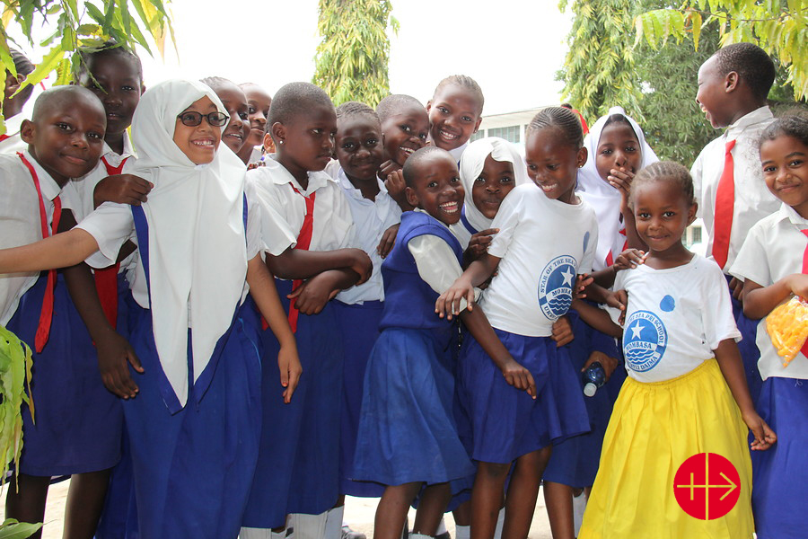 """The ACN delegation travelling through Kenya has visited a primary school in the Archdiocese of Mombasa where 1,200 children study. This school """"shows that interreligious education is possible. Half of the children are Muslim, the other half Christian. The children play and study together in peace."""""""